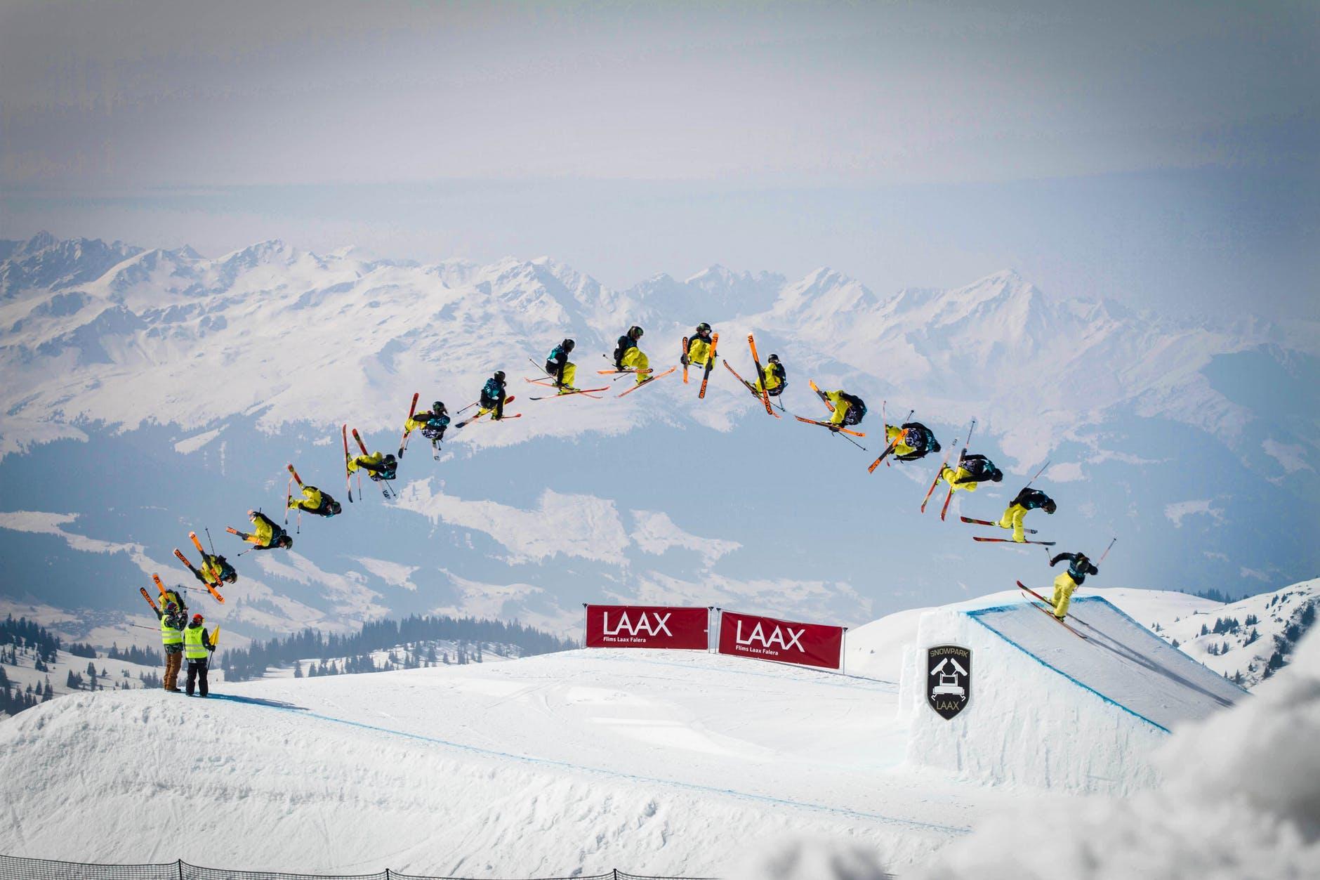 Ett skidåkare i big air
